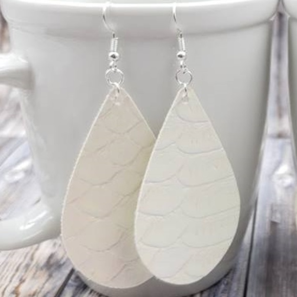 """My AuSome Boutique Jewelry - 2.5"""" Iridescent Scales"""
